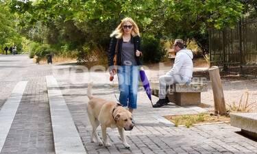 Σμαράγδα Καρύδη: Η βόλτα με το σκύλο και η μωβ ομπρέλα
