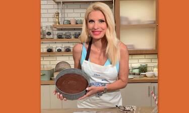 Ελένη Μενεγάκη: Έφτιαξε σοκολατόπιτα και έδωσε συνταγή - Έτοιμη σε λίγα λεπτά