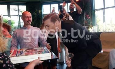 Ζαχαράτος: Τούρτα-έκπληξη για τα γενέθλιά του στη συνέντευξη Τύπου στο Άλσος