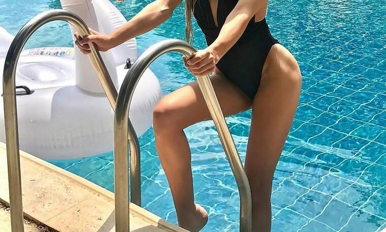 Χώρισε αλλά δεν πτοείται! Απολαμβάνει τα μπάνια της στην πισίνα! (Photos)