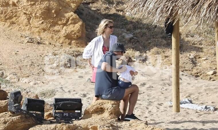 Κριθαριώτης - Δαρίβα: Οι πρώτες βουτιές στη Μύκονο με τον γιο τους! (Photos)
