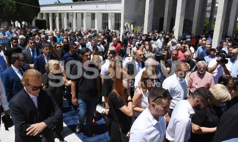 Το τελευταίο αντίο στον Νίκο Αλέφαντο - Χειροκροτήματα στην κηδεία του