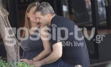 Ο Μπουρδούμης φωτογραφίζει την έγκυο σύζυγό του με μαγιό και γίνεται viral!