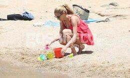Δούκισσα Νομικού: Με τα... κουβαδάκια της σε παραλία της Μυκόνου! (photos)