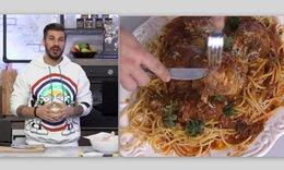 O Ακης Πετρετζίκης ετοιμάζει μοναδική παστιτσάδα με κοτόπουλο