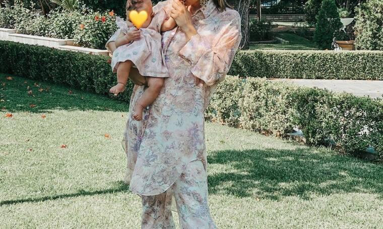 Ελληνίδα μαμά ντύθηκε ασορτί με την τριών μηνών κόρη της (pics)
