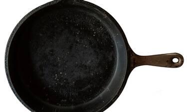 Έριξε αναψυκτικό σε τηγάνι και το έβαλε στη φωτιά - Δείτε γιατί (video)