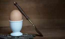 Έβαλε κουτάλι σε βρασμένο αυγό - Θα το κάνετε άμεσα (video)