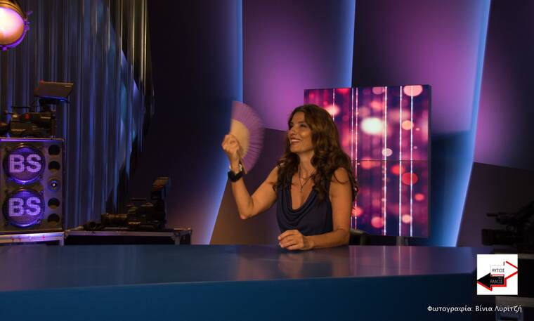 Πόπη Τσαπανίδου: Πήγε καλεσμένη σε εκπομπή με τη βεντάλια της! (Photos)