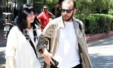 Ζενεβιέβ Μαζαρί: Με σορτς στο Κολωνάκι, αγκαζέ με τον σύζυγό της! (Photos)