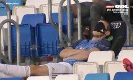 Ποδοσφαιριστής αποκοιμήθηκε στην εξέδρα την ώρα του αγώνα (photos+video)