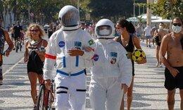 Ζευγάρι έβαλε στολές αστροναυτών για να κάνει βόλτα λόγω κορονοϊού (video)