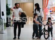 Η Ζενεβιέβ Μαζαρί με τον σύζυγό της Βασίλη Καρύδη και τα παιδιά τους σε οικογενειακή βόλτα