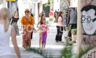 Άννα Δημητρίεβιτς: Βόλτα με τις κουκλάρες κόρες στην Πλάκα (photos)
