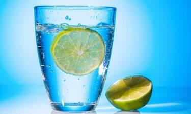 Γιατί το λεμόνι στο νερό δεν κάνει και τόσο καλό τελικά