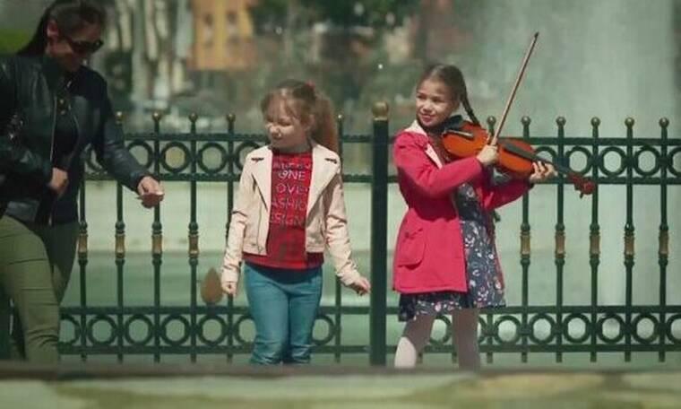 Elif: Η Ελίφ παίζει βιολί στο πάρκο και μαζεύει χρήματα