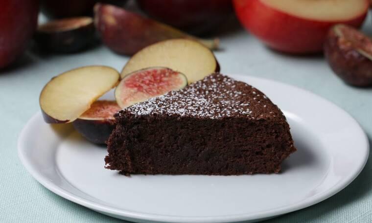 Κέικ με δύο υλικά: Είναι πανεύκολο και πεντανόστιμο (vid)