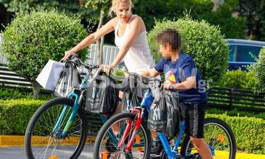 Φαίη Σκορδά: Ποδηλατάδα με τον γιο της, Γιάννη στη Βουλιαγμένη