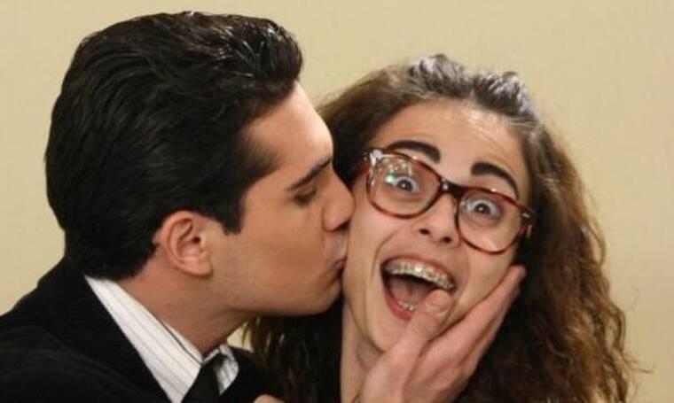 Μαρία η άσχημη: Ο Αλέξης τηλεφωνεί στο σπίτι της Μαρίας και του λένε πως λείπει