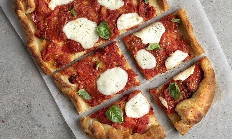 Λαχταριστή πίτσα καπρέζε από τον Άκη Πετρετζίκη