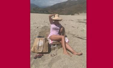 Μενεγάκη: Ποζάρει με φούξια μπικίνι από τα Άχλα - H πιο εντυπωσιακή φώτο ever