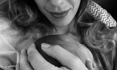 Ελληνίδα ηθοποιός ποζάρει αγκαλιά με την τριών μηνών κορούλα της