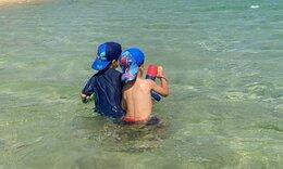 Γνωστός Έλληνας μπαμπάς φωτογραφίζει τους γιους του σε παραλία της Ανδρου