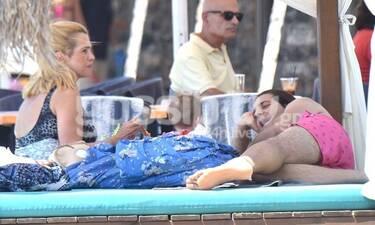 Μπότση – Μιχαλάς: Ξέγνοιαστοι στην παραλία με την κορούλα τους! (Photos)