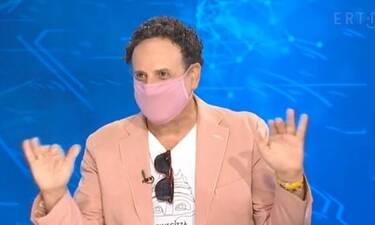 Χάρης Ρώμας: Πήγε καλεσμένος σε εκπομπή και συνδύασε τη μάσκα με το σακάκι!