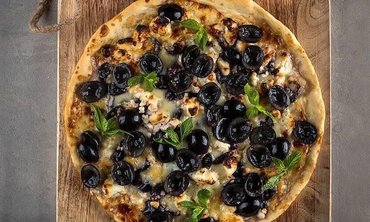 Πίτσα με φέτα και σταφύλια από τον Άκη Πετρετζίκη