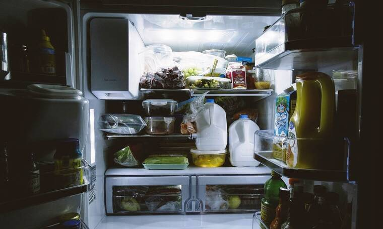 Αυτά είναι τα φυσικά κόλπα για να μην βρωμάει το ψυγείο σας (photos)