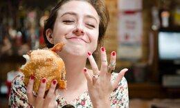 Θα αγαπάμε για πάντα τις γυναίκες που τρώνε με τα χέρια