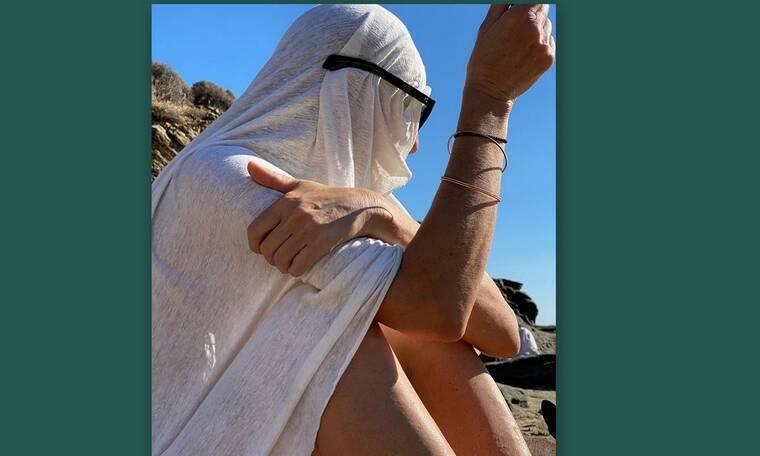 Το καμουφλάζ γνωστού ηθοποιού στην παραλία - Πάει ο νους σου ποιος είναι;