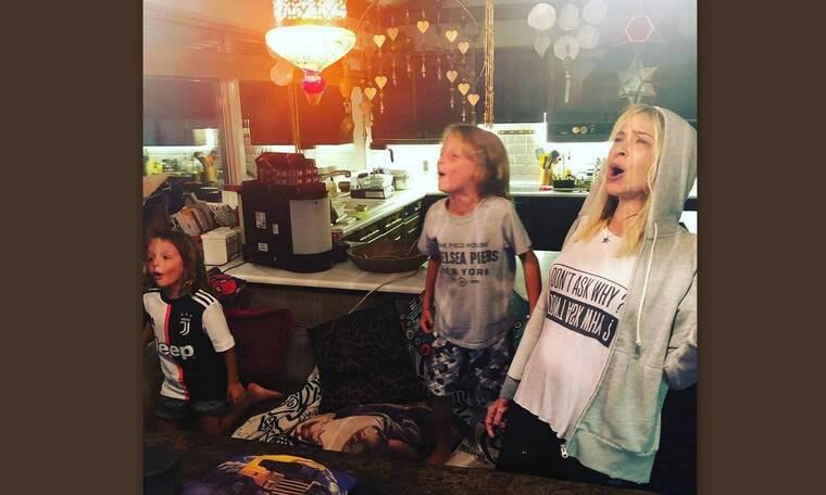 Συγκινημένη η Άννα Βίσση! Ο εγγονός της παίζει πιάνο στο σπίτι της (Photos)