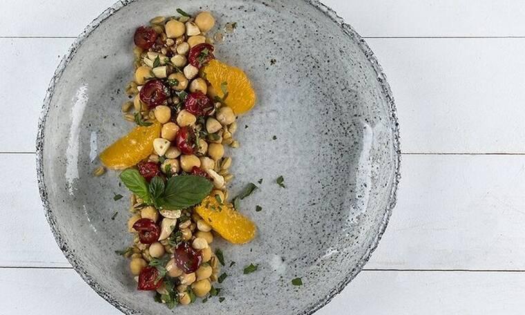 Ο Άκης Πετρετζίκης προτείνει σαλάτα με ρεβίθια και κεράσια