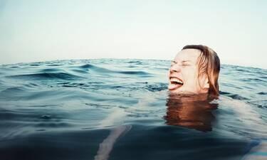 Τι πρέπει να κάνετε αν σας πιάσει κράμπα την ώρα που κολυμπάτε