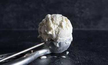 Παγωτό με τυρί κρέμα και μόνο 5 υλικά από τον Άκη Πετρετζίκη