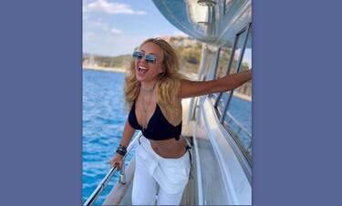 Μαστροκώστα: Αποθέωση τώρα! Το κορμί ποζάρει με λευκό μπικίνι στα 49 της