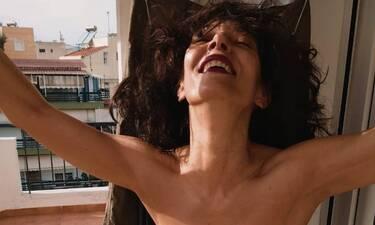 Παπαδήμα: Στα 56 της ποζάρει με μπικίνι και μετράμε τους κοιλιακούς της!