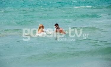 Τα παιχνίδια γνωστής Ελληνίδας στο νερό με νεαρό ηθοποιό (exclusive pics)