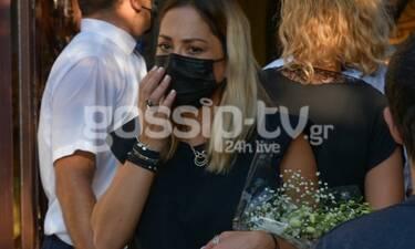 Κηδεία Γιάννη Πουλόπουλου: Με δάκρυα στα μάτια η Μελίνα Ασλανίδου (Photos)