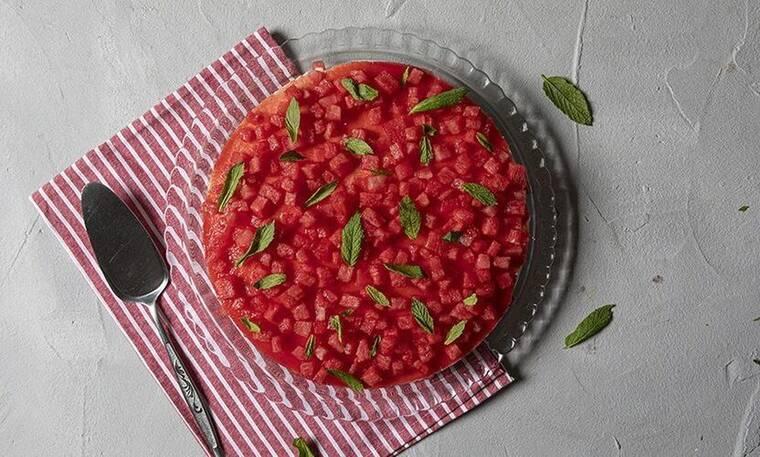 Λαχταριστό cheesecake καρπούζι από τον Άκη Πετρετζίκη