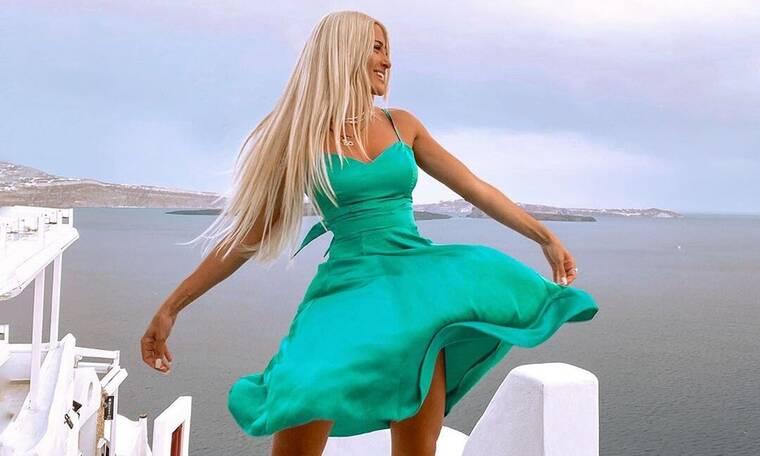 Νέα μόδα φέρνει η Τούνη! Έφτιαξε το δικό της φόρεμα με ένα σεντόνι και μια ζώνη