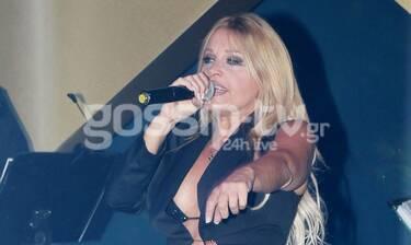 Σαμπρίνα: Βγαλμένη από... άλλη δεκαετία! On stage με styling 90s! (photos)