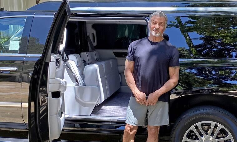 Ο Sylvester Stallone παίζει με το αυτοκινητάκι του
