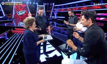 The Voice: Τρελό γέλιο! Η γιαγιά εισέβαλε στο πλατό! Σάκη ή Πάνο διάλεξε;