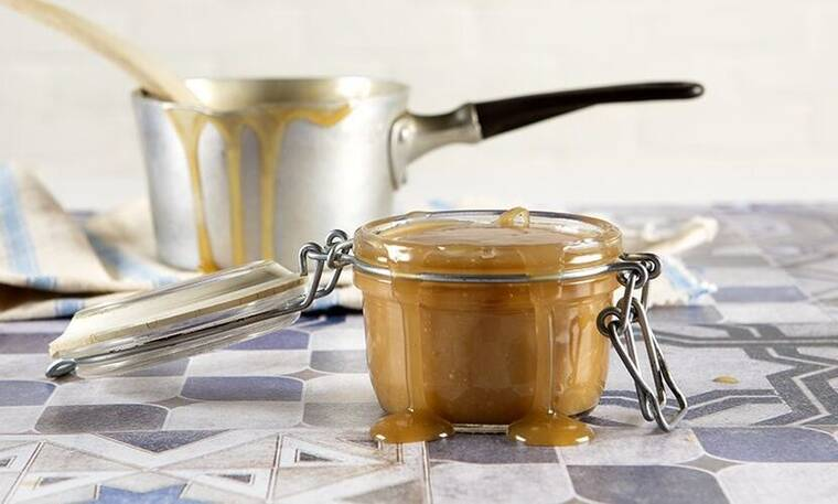 Vegan σάλτσα καραμέλας με 3 υλικά από τον Άκη Πετρετζίκη