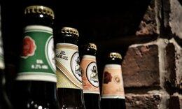 Το απόλυτο κόλπο να ανοίξετε ένα μπουκάλι μπύρα μ' ένα χαρτί! (video)
