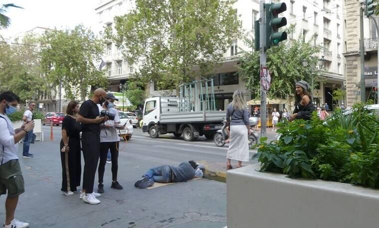 Η αστυνομία έδιωξε τον άστεγο της φωτογράφισης του Σκουλού