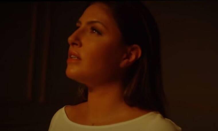 Η Έλενα Παπαρίζου επέστρεψε με νέο τραγούδι που θα σε συγκινήσει